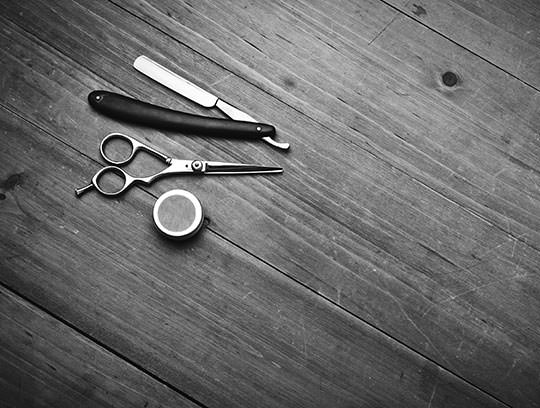 barber-tools-wood-table